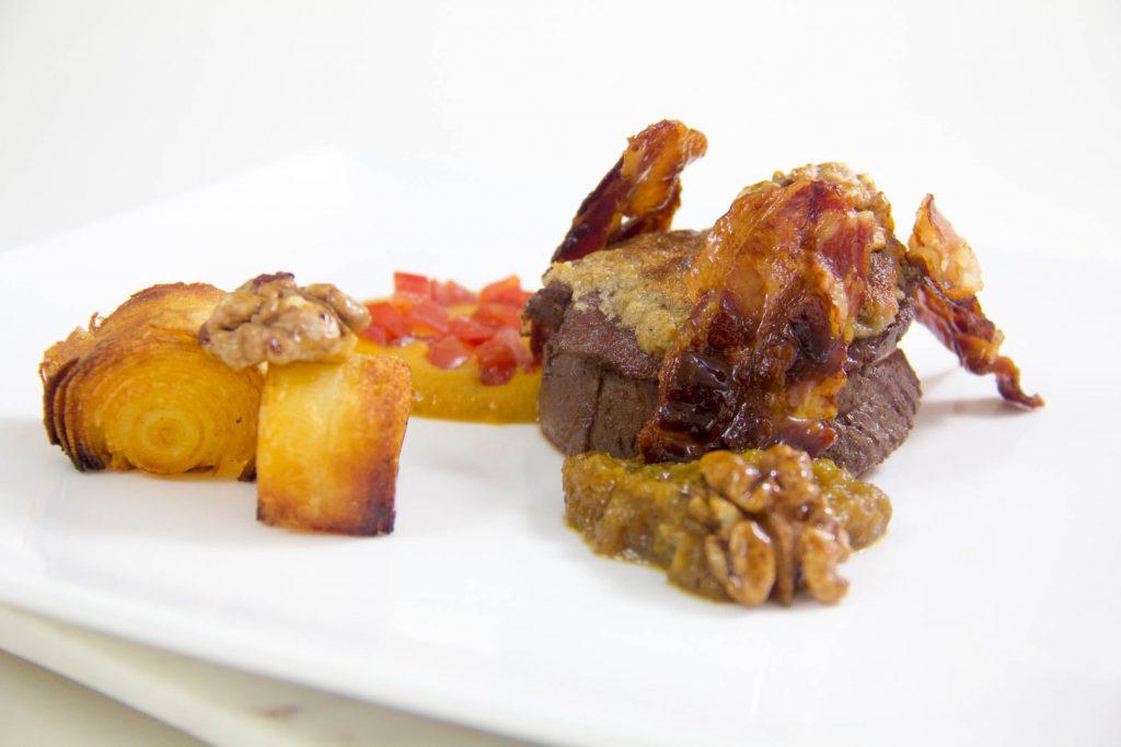 Rôti de biche aux noix basse température, purée d'oignon et sauce diable