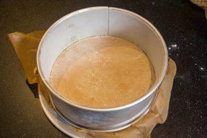 Versez la préparation dans votre moule préalablement beurré et fariné