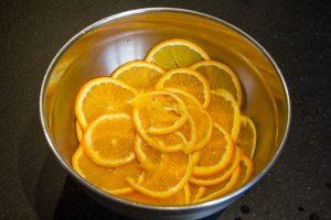 Coupez les oranges en tranches de 2 mm d'épaisseur maximum