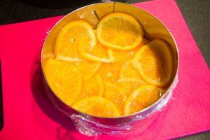 Disposez les oranges dans le fond et les côtés du cercle (en rosace)