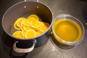 Égouttez les oranges mais conservez le sirop de trempage