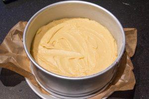 Versez la pâte dans le moule beurré et fariné