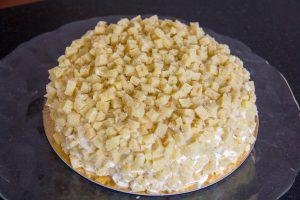 Et maintenant recouvrez l'entièreté du gâteau de petits cubes de sponge cake afin de créer l'effet mimosa