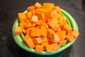 Épluchez les patates douces et les tailler en cubes de 2 cm