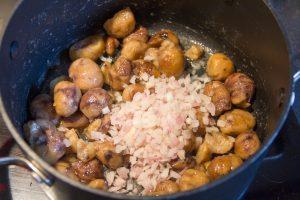 Ajoutez l'échalote émincée aux châtaignes et cuire encore 5 mn à feu doux