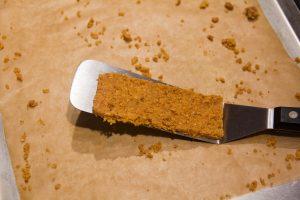 Une grande spatule est nécessaire pour déplacer les fonds de tartelettes