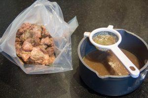 récupérer le jus rendu par l'agneau pendant sa cuisson et de le mélanger à la sauce au sésame