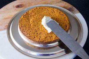 Posez dans un cercle une tranche de gâteau et garnissez de crème