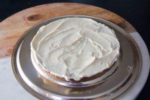 Puis posez par dessus une autre tranche de gâteau et garnissez de crème