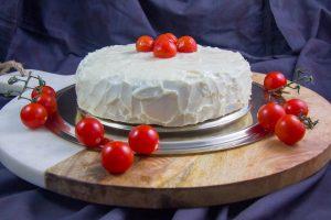 Déposez par dessus des petites tomates cerises en décor
