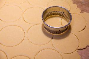Étalez la pâte et détaillez des ronds au dimensions de vos moules avec l'emporte pièce