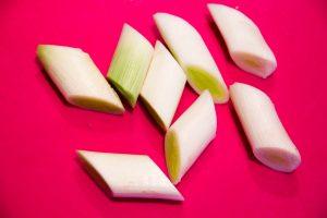 Lavez les blancs de poireaux et taillez-les en morceaux