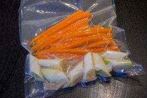Mettez les échalotes, poireaux et carottes en sachet et scellez sous vide