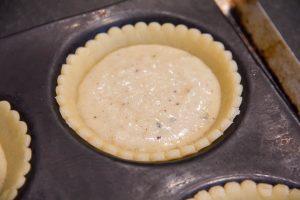Déposez dans chaque fond de tarte une cuillerée de crème pâtissière à la coco