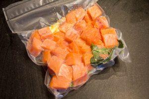 Mettre le saumon sous vide