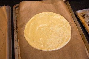 Étalez la pâte sur vos ronds dessinés sur les feuilles de papier cuisson