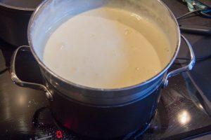 Battez les œufs entiers avec le sucre glace au bain marie
