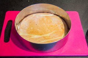 Tapissez votre cercle de rodhoïde et disposez un cercle de gâteau dans le fond