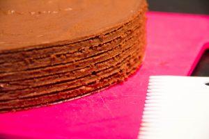 Lissez le tour du gâteau à l'aide d'une corne peigne