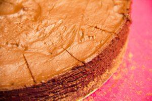 Marquez le tour du gâteau en 16 parts ainsi que le centre avec la