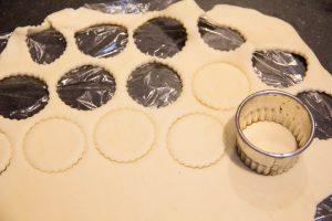 A l'aide d'un emporte pièce taillez des ronds de pâte feuilletée