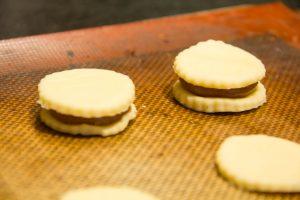 Puis déposez une rondelle de pâte feuilletée sur la pâte à choux