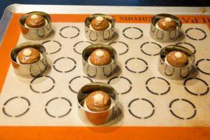 Entourez chaque petit choux d'un cercle en métal d'un centimètre plus grand que le diamètre du choux
