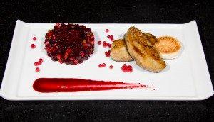 Foie gras poêlé, salade de betterave et pomme, réduction de jus de betterave au vinaigre de framboise