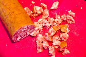 Coupez la saucisse en petits dés