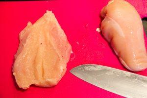 Coupez les blancs de poulet par le milieu dans le sens de la longueur