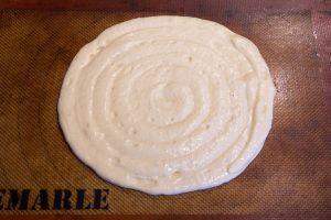 Pochez le biscuit au dimension de la base de votre cul-de-poule