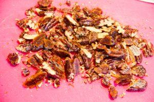 Coupez les noix de cajou grossièrement