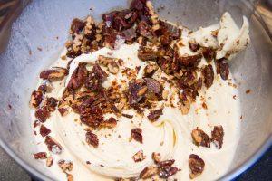 Mélangez la crème glacée à la vanille avec les noix de pécan caramélisées