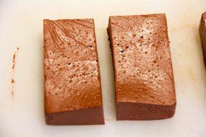 Coupez le gâteau en rectangles réguliers