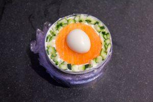 Décorez la terrine avec l'le saumon, les dés de courgettes, l'œuf de caill