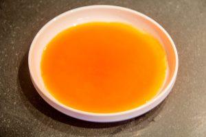 Versez la gelée de tomate dans vos assiettes de présentation