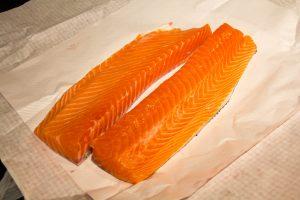Coupez le dos de saumon en deux