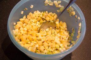 Mélangez les dés de pommes de terre, de pomme et de concombre