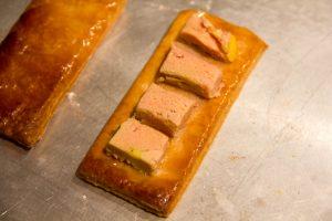 Déposez quatre petits dés de foie gras sur un rectangle de pâte feuilletée