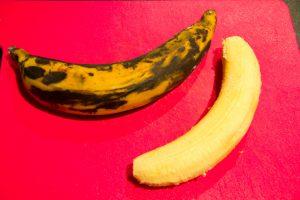 Épluchez les bananes plantain et coupez-les en morceaux