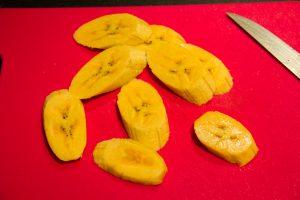 Coupez les bananes en morceaux