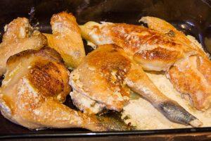 Réservez tous les morceaux de poularde dans un plat au four à 70°