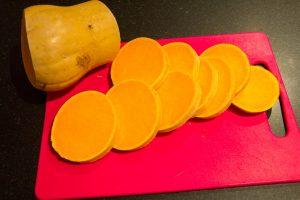 Coupez la butternut en tranches de 1 cm et demi d'épaisseur et ôtez la peau avec un couteau