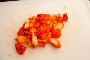 Coupez les fraises en morceaux