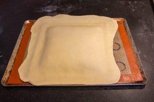 A l'aide du rouleau à pâtisserie, déposez l'autre abaisse de pâte par dessus la première