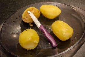 Faites cuire les pommes de terre à l'eau salée ou à la vapeur