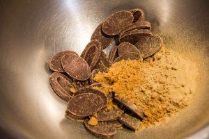 Versez les galets de chocolat ainsi que le sel et la poudre de réglisse dans un grand bol