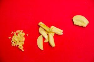 Coupez la gousse d'ail en très fine brunoise