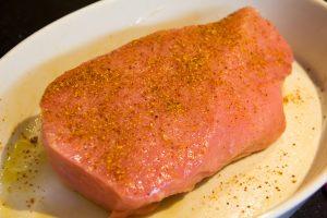 Massez le rôti de veau avec une bonne huile d'olive