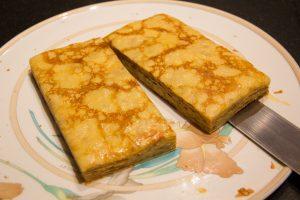 Coupez le gâteau de crêpes en deux et superposez les deux moitié pour obtenir plus d'épaisseur